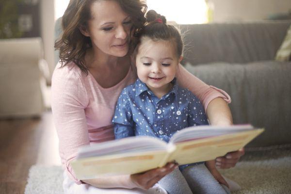 regalos-dia-de-la-madre-pulsera-libro-istock