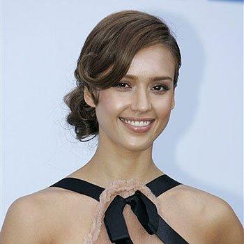 Jessica Alba opta por este estilo romántico con la raya hacia un lado ligeramente ondulada.