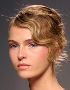 Puedes recogerte el pelo con un sencillo moño y darle mayor énfasis al flequillo utilizando las aguas al agua que nunca pasarán de moda.