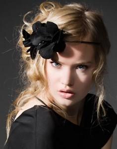 Rizos con movimiento, alborotados y extremadamente sensuales. Añade una flor a tu recogido y utiliza tonos suaves en tu maquillaje.