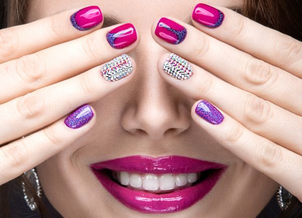 fotos-de-manicura-mezcla-color-perlas-purpurina-istock