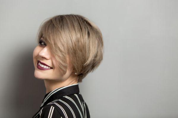 los-cortes-de-pelo-modernos-corto-rubio-ceniza