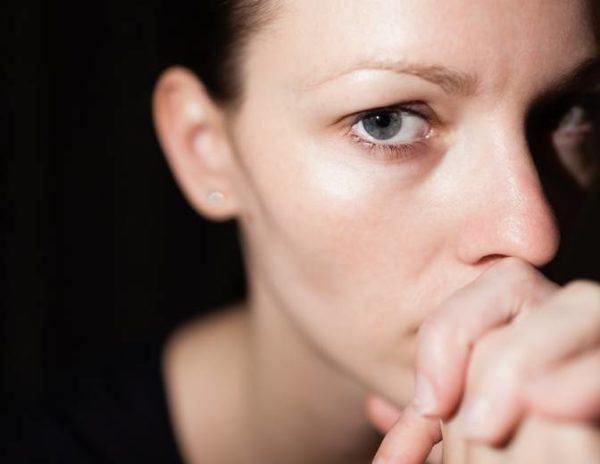 Abortos naturales mujer pensativa