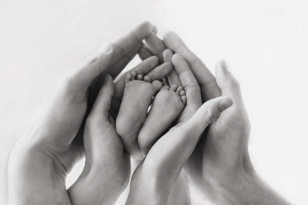 cuando-se-hace-la-prueba-del-talon-manos-sujetan-pies-de-bebe