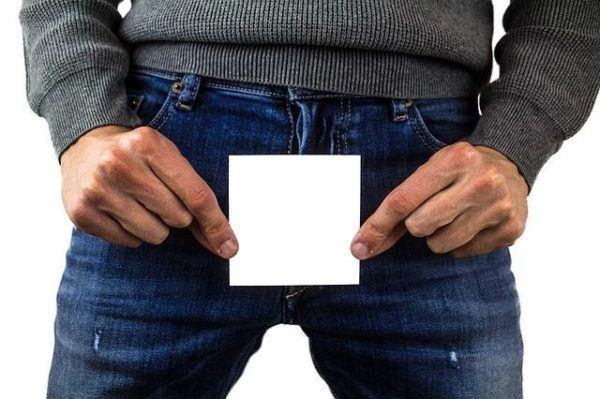 fimosis-cuando-hacerlo-hombre-cubre-bragueta-con-papel