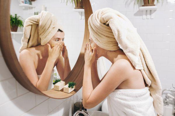 como-hacer-una-limpieza-facial-casera-3-istock