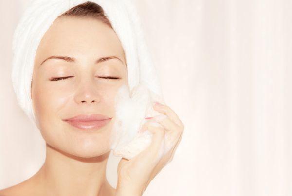 como-hacer-una-limpieza-facial-casera-6-istock