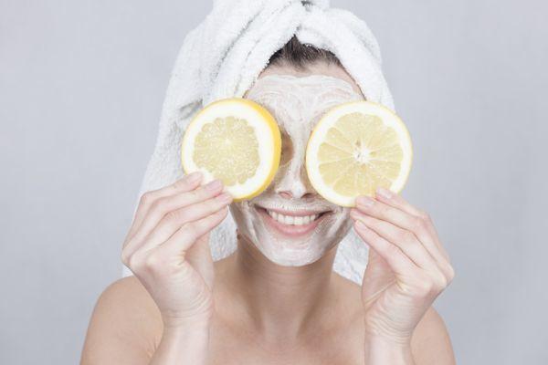 como-hacer-una-limpieza-facial-casera-7-istock