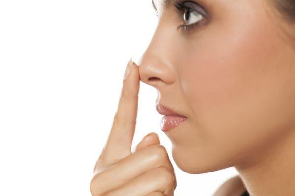 como-perfilar-la-nariz-con-maquillaje-istock