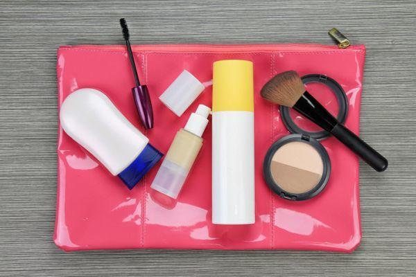 preparar-bolsa-de-maquillaje-para-viaje-istock