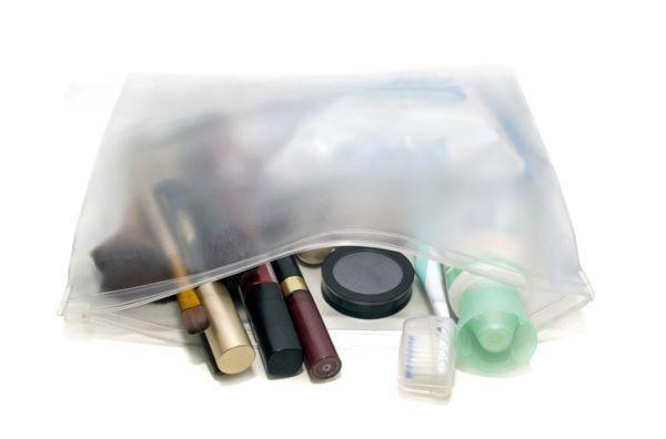 preparar-bolsa-de-maquillaje-para-viaje-istock2
