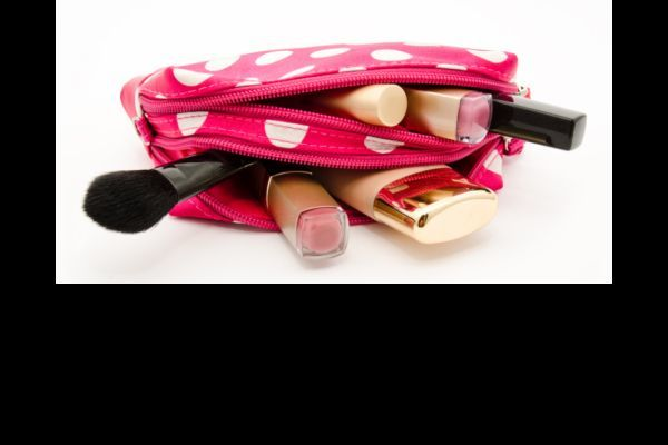 preparar-bolsa-de-maquillaje-para-viaje-istock3