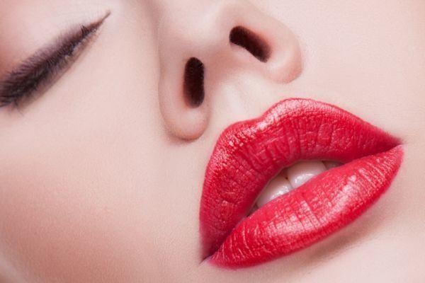 trucos-para-dar-mas-volumen-a-los-labios-istock5