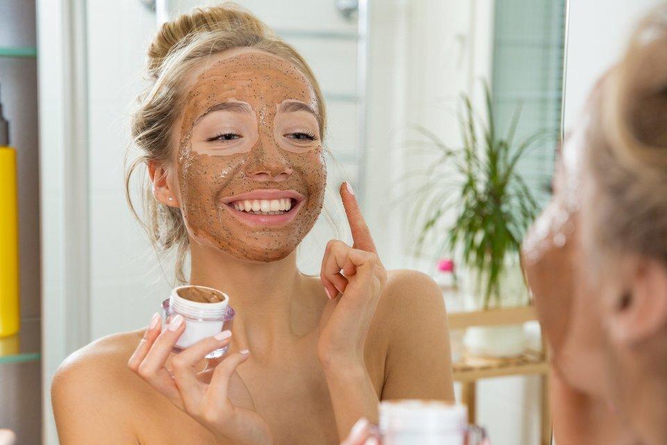 Las principales consecuencias de exfoliarte la piel en exceso