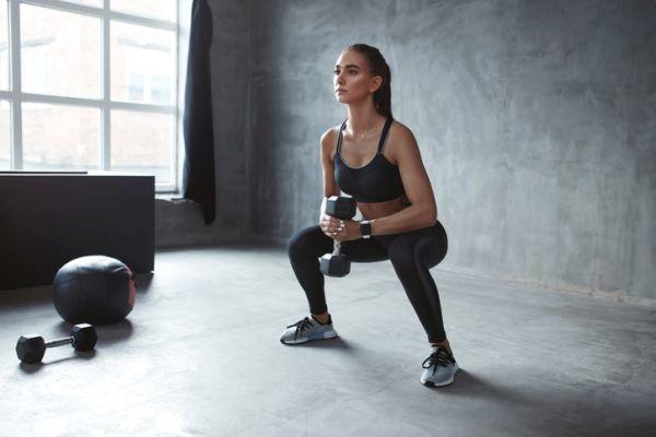 ejercicios-para-fortalecer-el-suelo-pelvico-sentadillas-istock