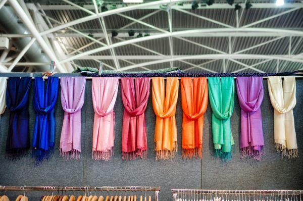como-llevar-panuelo-en-el-cuello-foulards-colores-istock