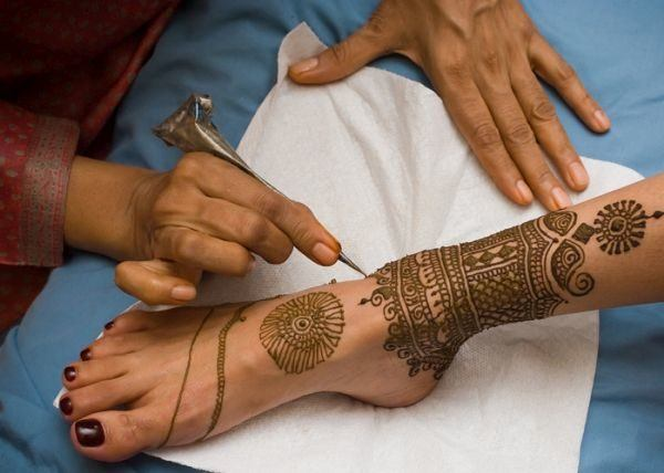 tatuajes-en-el-empeine-arabe-istock