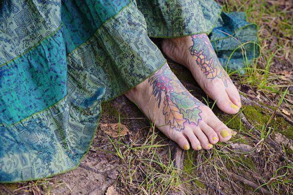 tatuajes-en-el-empeine-hojas-istock