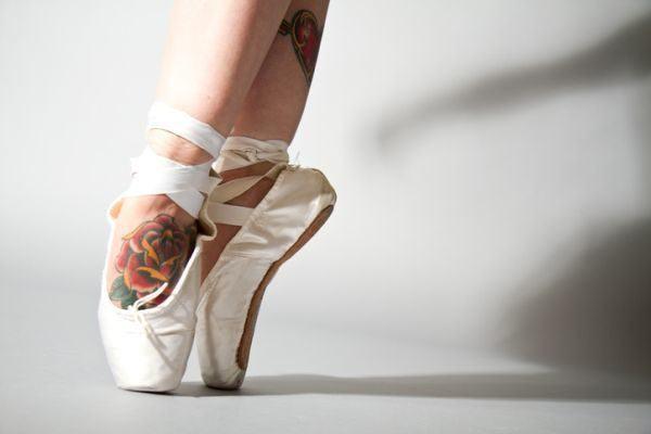 tatuajes-en-el-empeine-rosa-bailarina-istock