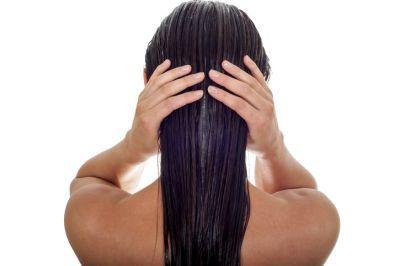 efectos-del-sulfato-en-el-pelo-mujer-pelo-mojado-istock