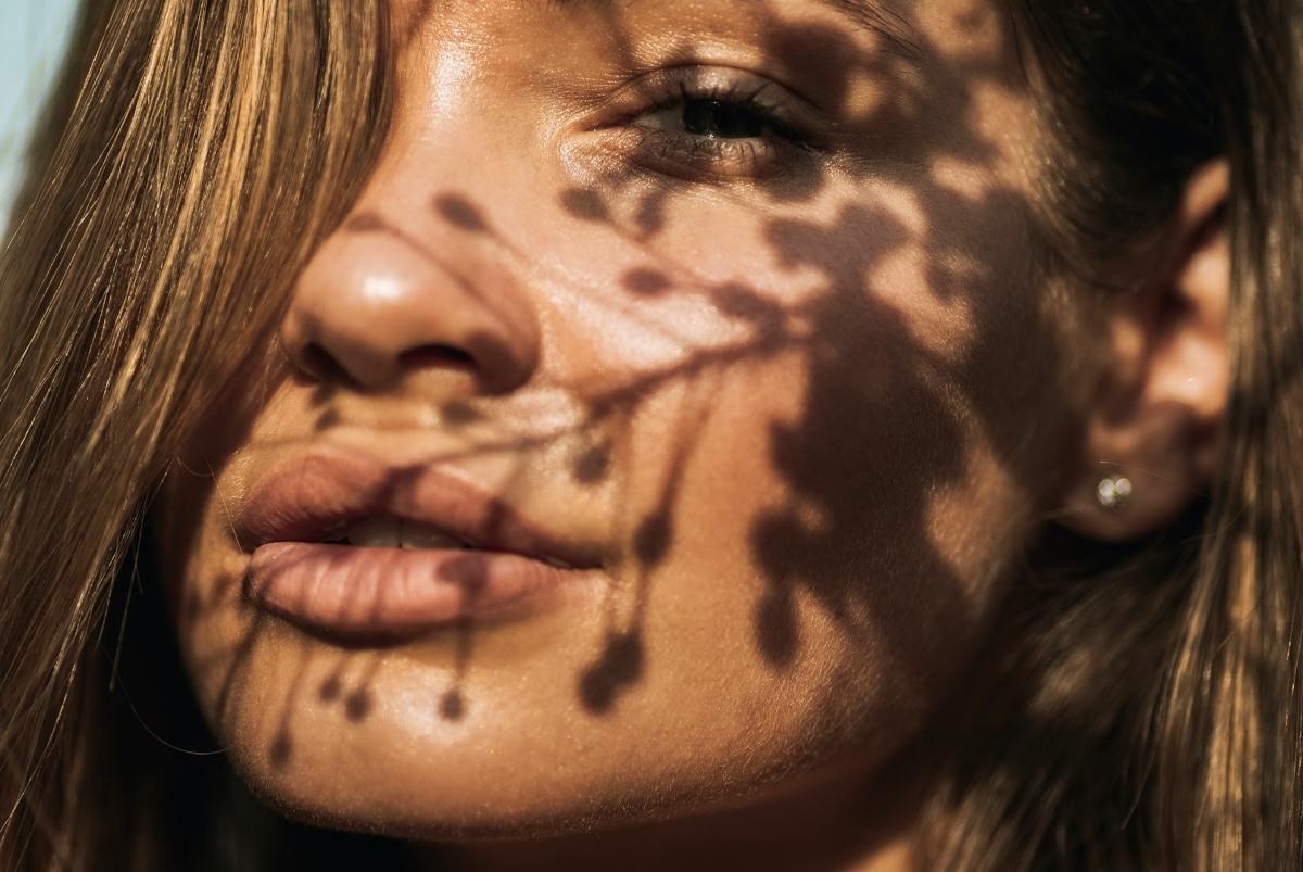 limpiar rostro y contorno de ojos con agua micelar