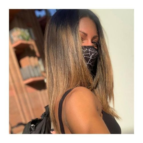 Mujer con mascarilla y pelo liso
