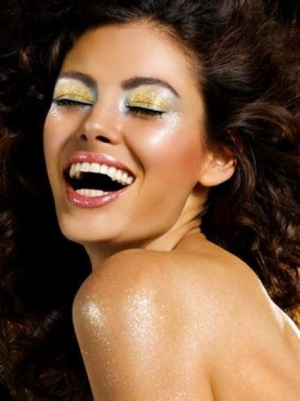 Maquillaje dorado playa