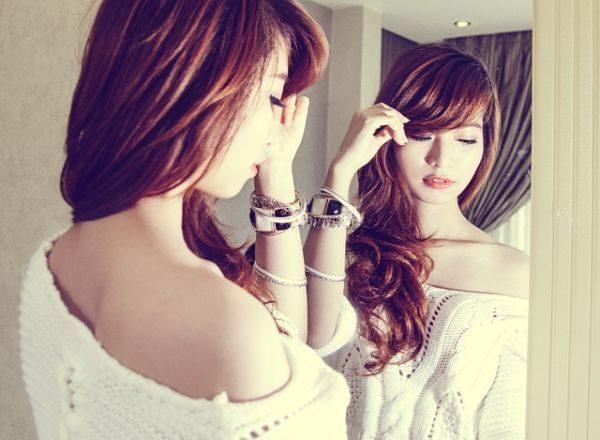 ampollas-de-proteoglicanos-que-son-joven-mujer-frente-al-espejo