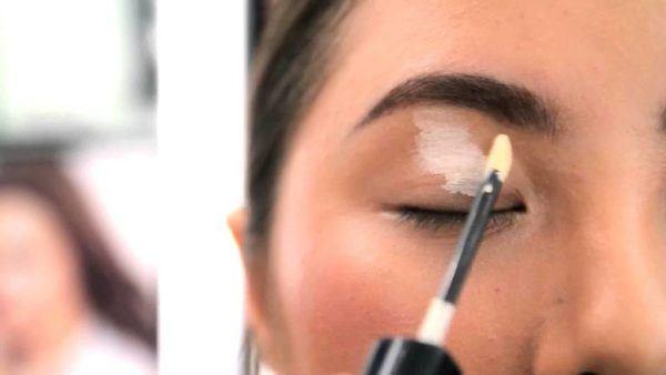 como-aprender-a-maquillarse-correctamente-pre-base-ojos-aplicacion