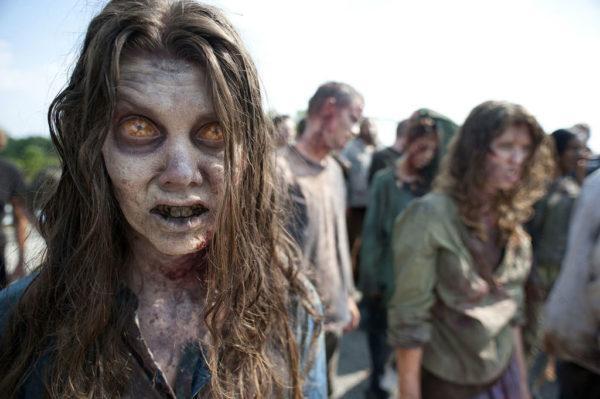 como-maquillarse-para-halloween-2015-disfraz-de-zombi-the-walking-dead-lentillas