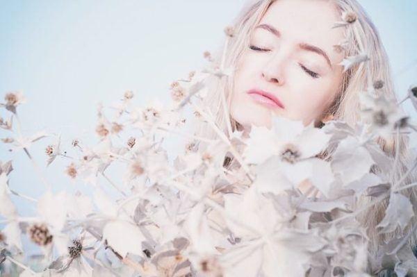 crema-antiarrugas-xhekpon-funciona-rubia-flores