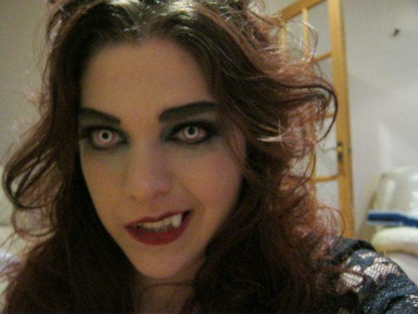 maquillaje-de-vampiresa-para-halloween-2015-lentillas