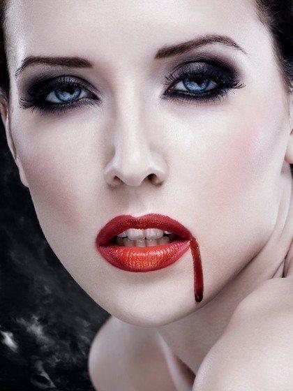 Maquillaje y sangre de vampiresa para Halloween 2015: